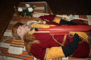 Puppe zur Darstellung einer Beerdingung